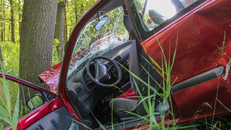 Auto prallt gegen Glascontainer