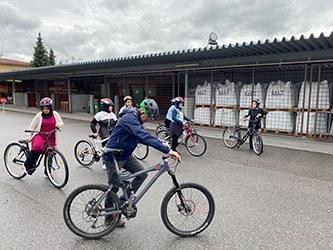 Frauen erlernten das Fahrradfahren am Kumma