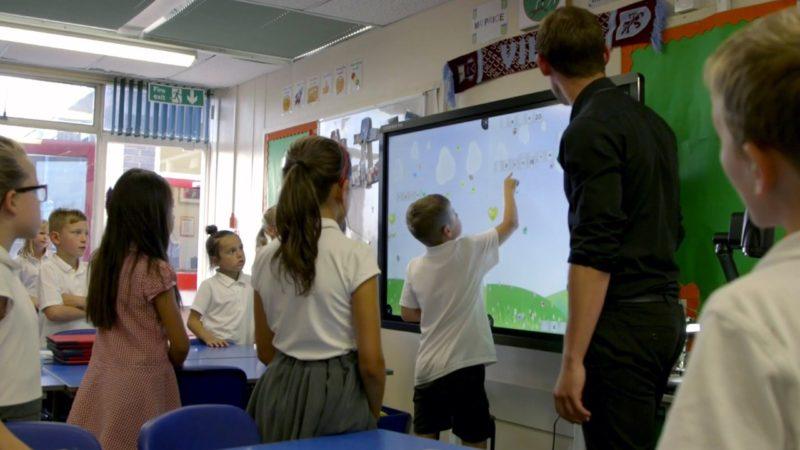 Rechtzeitig zu Schulbeginn: Digitale Schultafeln für Rankweil