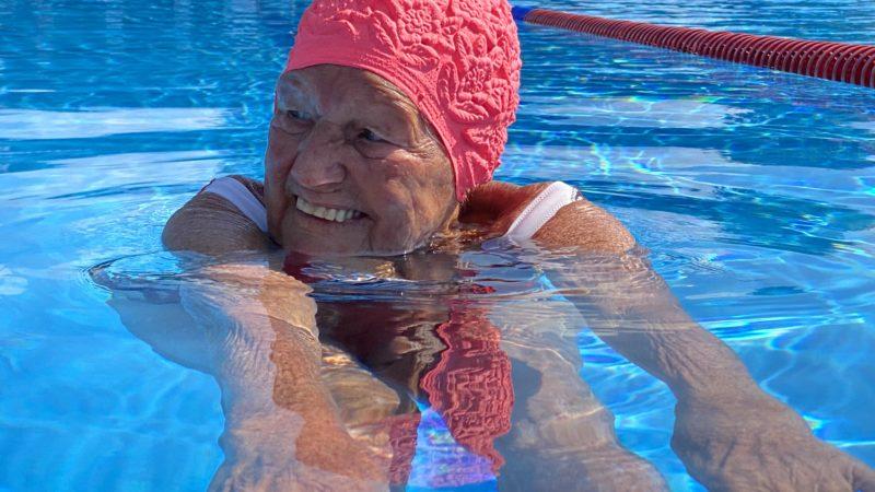 Der älteste Badegast im ältesten Schwimmbad des Landes