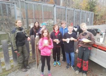 Schülerinnen und Schüler der NMS Rankweil mit Franziska (links) beim Steinhuhngehege © Wildpark Feldkirch