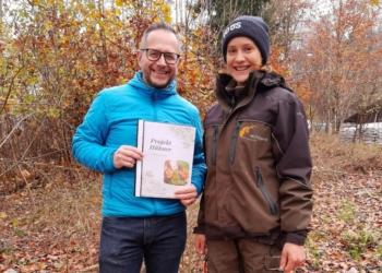 Philipp Wüstner, Marketingchef von Vo Üs, und Franziska Lorenz vom Wildpark Feldkirch © Wildpark Feldkirch