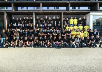Handwerk hat Zukunft: Knapp 100 Lehrlinge bilden die  Unternehmen der i+R Gruppe aus. Mit auf dem Bild auch die 41 neuen, die diese Woche in ihre berufliche Zukunft gestartet sind sowie die Eigentümer Reinhard Schertler und Joachim Alge.